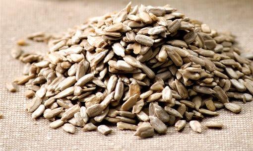 421738 As semente possuem alto teor antioxidante combatente dos radicais livres. 1 Sementes de girassol: benefícios para a saúde