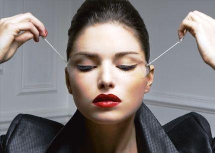 422370 A cirurgia plástica promove o rejuvenescimento da região dos olhos Plásticas para levantar as sobrancelhas