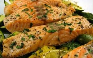 Peixe ao molho de ervas, alho e tomate