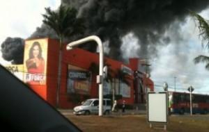 Galpão de loja na região metropolitana de Salvador é incendiada