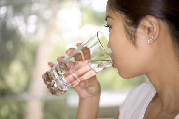 427455 348388 bebendo agua Criança com virose: como tratar?