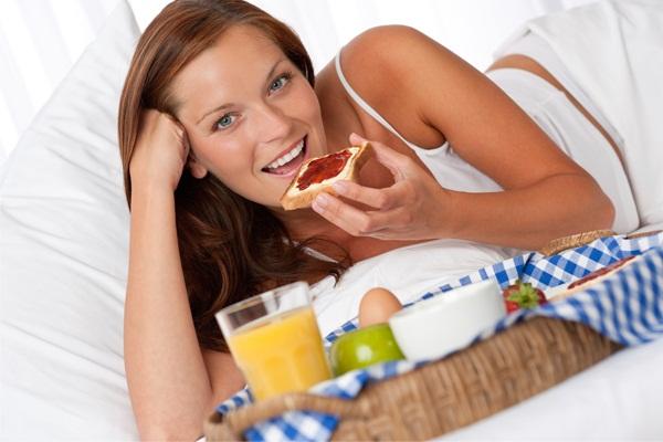 431280 Comer devagar é fundamental Sensação de estômago pesado: o que fazer