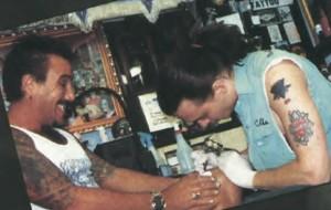 Filhos que tatuam o nome das mães