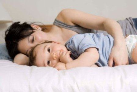 443405 não balance a criança. O ideal é que a mãe deite com ela e faça carinhos Dicas para fazer a criança dormir