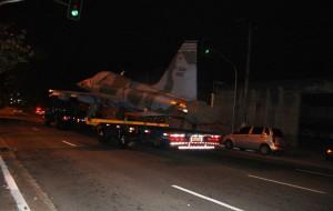 Avião é transportado pelas ruas de São Paulo