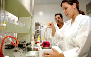 Curso gratuito de Auxiliar de Laboratório Químico SENAI Bahia