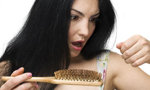455358 Queda de cabelo pode ser um sinal reação alérgica ao produto da escova progressiva. Reações alérgicas da progressiva