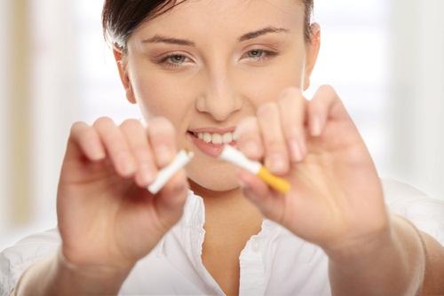 456379 O hábito de fumar colabora com o desencadeamento da psoríase. Psoríase: sintomas e tratamento