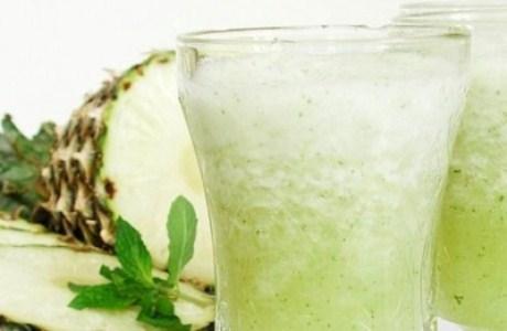 459210 O suco de rúcula com abacaxi é delicioso e é um excelente desintoxicante. Suco verde desintoxicante: como fazer
