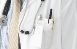 Médicos devem paralisar atividades nesta terça-feira