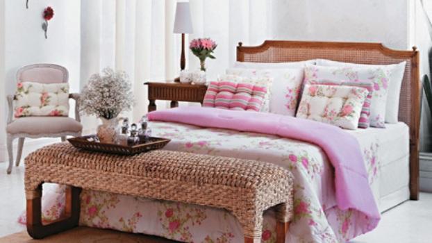 Decoracao De Sala Romantica ~ quarto de casal romântico apresenta arranjos de flores roupa de cama
