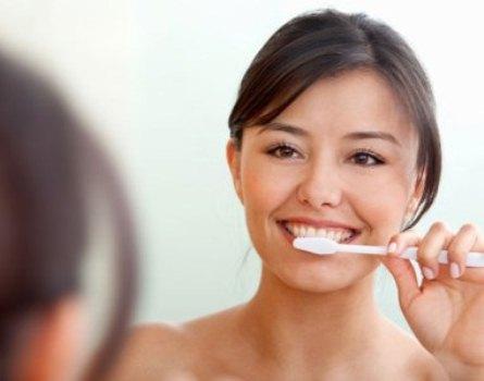 468172 A escovação correta e com uso de cremes especiais ajuda a aliviar a sensibilidade Sensibilidade nos dentes, como tratar