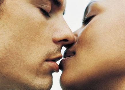 472941 Algumas doenças podem ser transimitidas através do beijo. Doenças transmitidas pela saliva