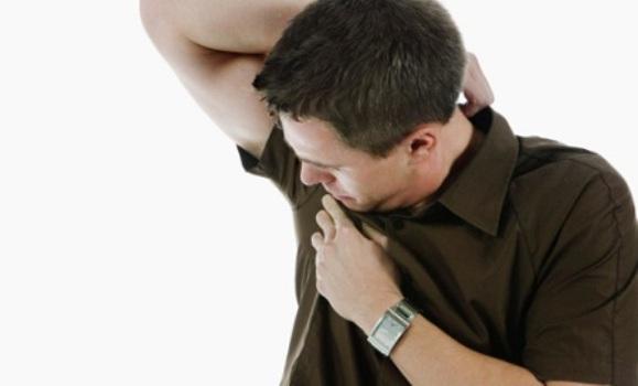 475177 Mancha de desodorante roll on como tirar da roupa 1 Mancha de desodorante roll on: como tirar da roupa