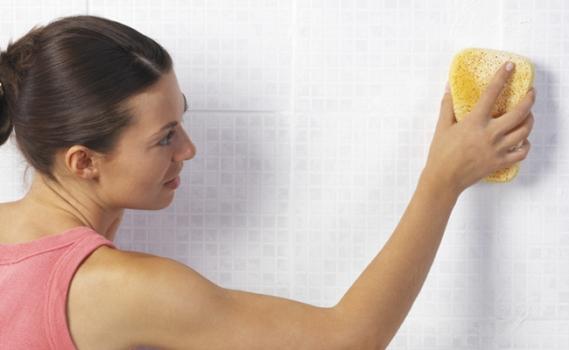 482144 Para limpar paredes sem danificá las é ideal o uso de produtos especiais. Limpeza das paredes e do teto: dicas