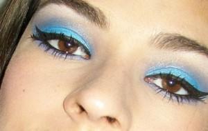 Maquiagem com tom azul: cuidados, dicas