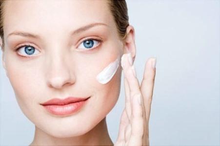 484487 O uso de protetor solar é indispensável para evitar o surgimento das manchas no rosto Manchas do rosto, como tirar