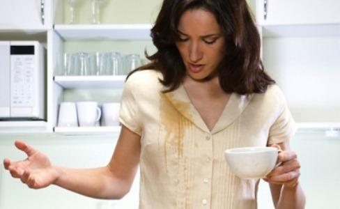 484496 As manchas causadas acidentalmente devem ser lavadas imediatamente Manchas amarelas nas roupas: como remover