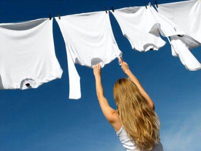 484496 Colacar a roupa com a mancha amarela no sol após a lavagem é uma ótima dica para remove las Manchas amarelas nas roupas: como remover