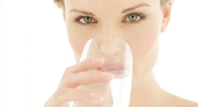 484623 noiva bebendo agua Olho seco: como tratar, dicas