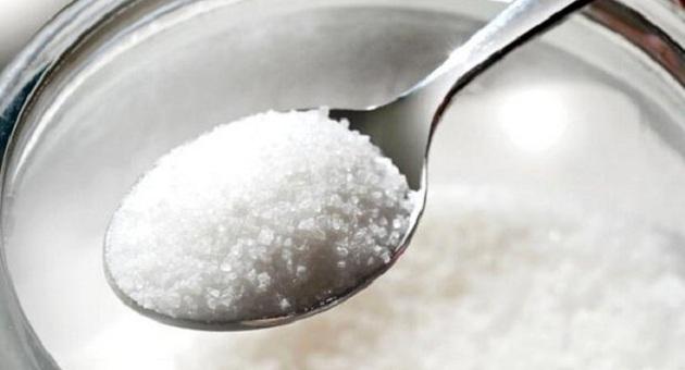 487079 acucar pote colher diabetes size 598 Alimentos que devem ser evitados durante a menstruação