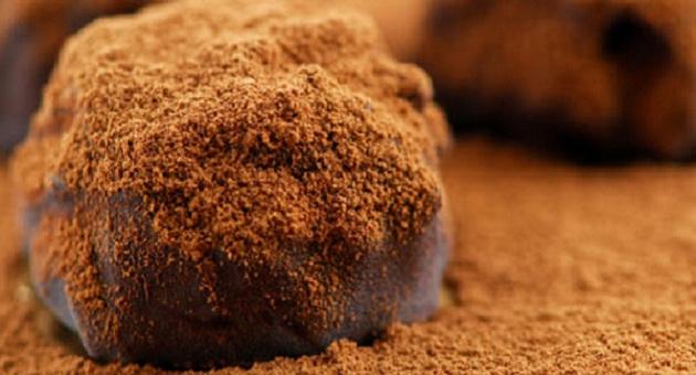 487079 deliciosas trufas de chocolate Alimentos que devem ser evitados durante a menstruação