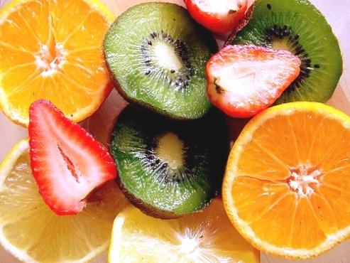 487242 Os morangos ajudam no combate as varizes. Alimentos que ajudam no tratamento das varizes