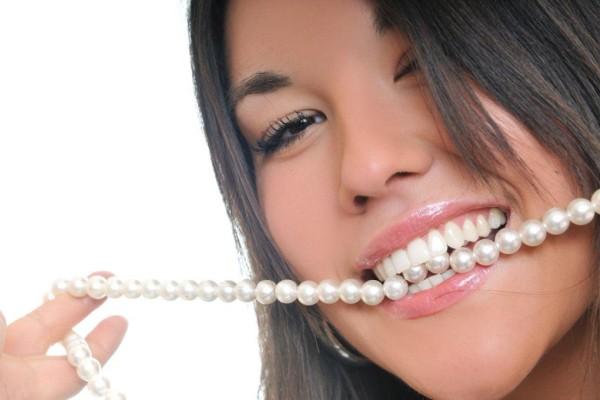 487268 Para ter um sorriso branco e bonito é necessário visitar periodicamento o dentista para avaliar a saúde dos dentes Clareamento dental: riscos