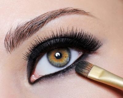 488089 Não há mulher que resista ha um olhar marcante. Cílios postiços: cuidados para usar