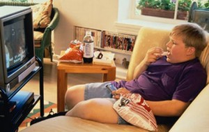 Crianças que assistem muita televisão tem mais facilidade para engordar