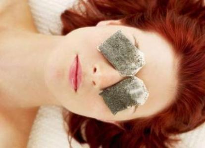 489717 O chá de camomila é uma excelente opção para clarear as olheira Clarear olheiras: truques, como fazer
