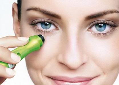 489717 O uso de cremes em casa ajuda a clarear as olheiras Clarear olheiras: truques, como fazer