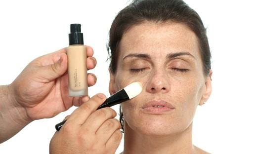 490811 Bases translúcidas devem ser aplicadas com pincel Maquiagem para valorizar as sardas: dicas, passo a passo