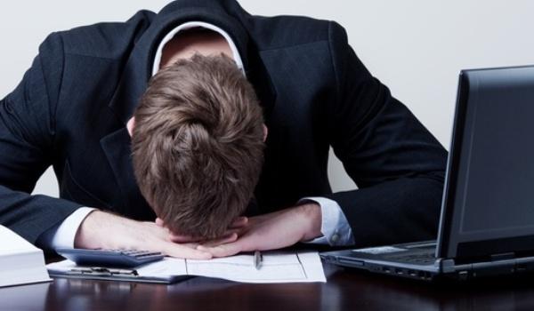 490969 Chegar atrasado ou dormir no rabalho pode causar demissão por justa causa. O que pode levar à demissão por justa causa