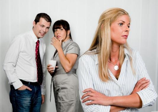 490969 Falar mal de colegas de trabalho pode ser perigoso. O que pode levar à demissão por justa causa