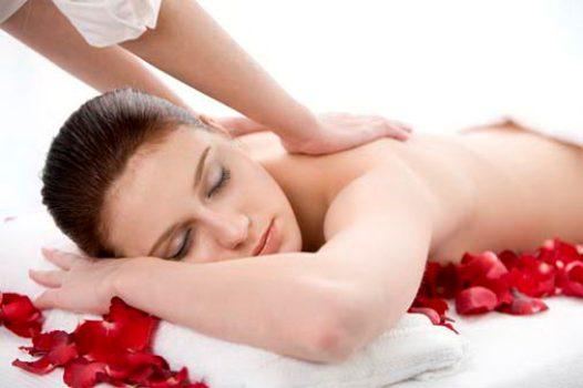 492336 A massagem principalmente nas pernas colabora na diminui%C3%A7%C3%A7ao do incha%C3%A7o. Pernas inchadas: o que fazer