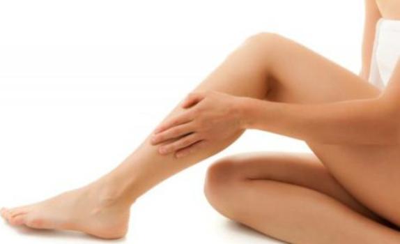 492336 As pernas inchadas acometem uma grande parte da popula%C3%A7%C3%A3o. Pernas inchadas: o que fazer