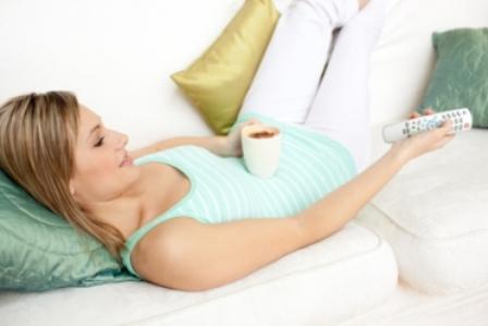 492336 ELevar as pernas ajuda no retorno do sangue ao cora%C3%A7%C3%A3o. Pernas inchadas: o que fazer