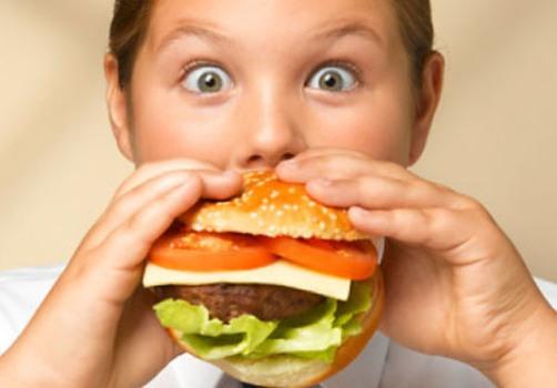 492426 Maioria das crianças obesas apresenta no mínimo um fator de risco para problemas de coração. 1 Crianças obesas apresentam maiores riscos para problemas cardíacos