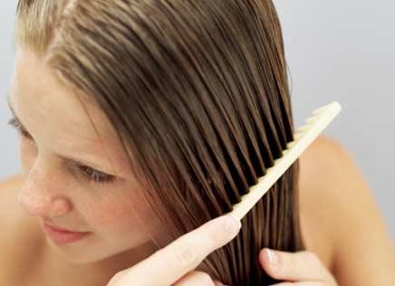 492529 Pentear os fios enquanto aplica a mistura é o ideal. Receitas naturais para clarear os cabelos