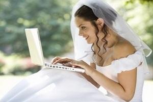 493736 Noiva no computador Vestido de noiva pela internet: dicas para comprar
