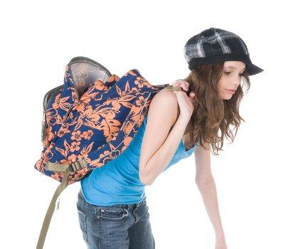 494572 O peso excessivo das mochilas escolares pode trazer consequ%C3%AAncias a sa%C3%BAde das crian%C3%A7as. Mochila escolar: peso correto