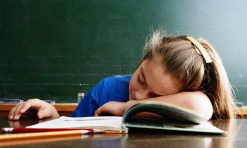 495285 495285 dormindo na sala de aula Criança que dorme durante a aula: o que fazer