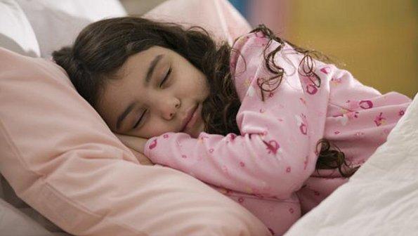 495285 Acordar cedo e ir pra aula não é uma tarefa tão simples assim para as crianças Criança que dorme durante a aula: o que fazer