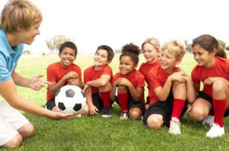 495320 treinador futebol criancas 4 Idade para filho começar a praticar esportes
