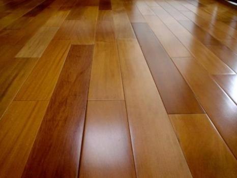 496750 Existem vários métodos de qualidade que devolvem o brilho ao piso de madeira Passo a passo para dar brilho em pisos de madeira