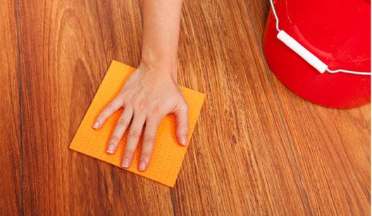 496750 O piso de madeira deve ser limpo com pano seco para evitar que estrague e perca o brilho Passo a passo para dar brilho em pisos de madeira