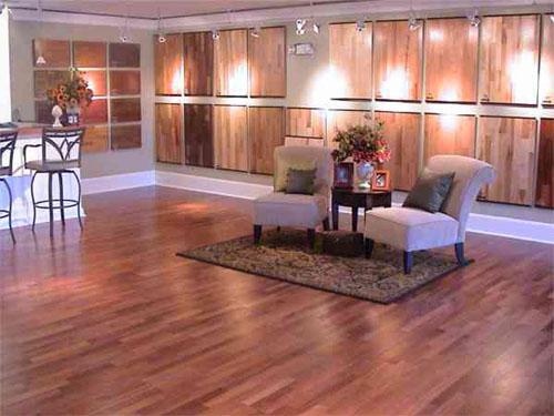 496750 Os pisos de madeira exigem cuidados especiais na hora da limpeza Passo a passo para dar brilho em pisos de madeira