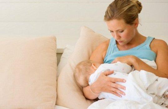 497057 Leite materno previne anemia e melhora o intestino do bebê Leite materno previne anemia e melhora o intestino do bebê