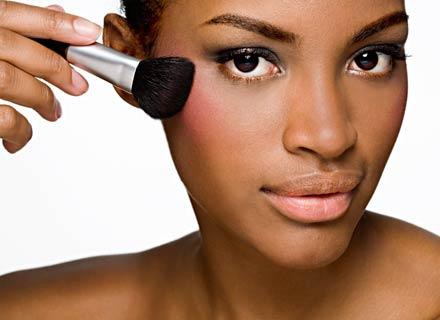 497077 maquiagem pele negra Maquiagem para pele negra: produtos baratos
